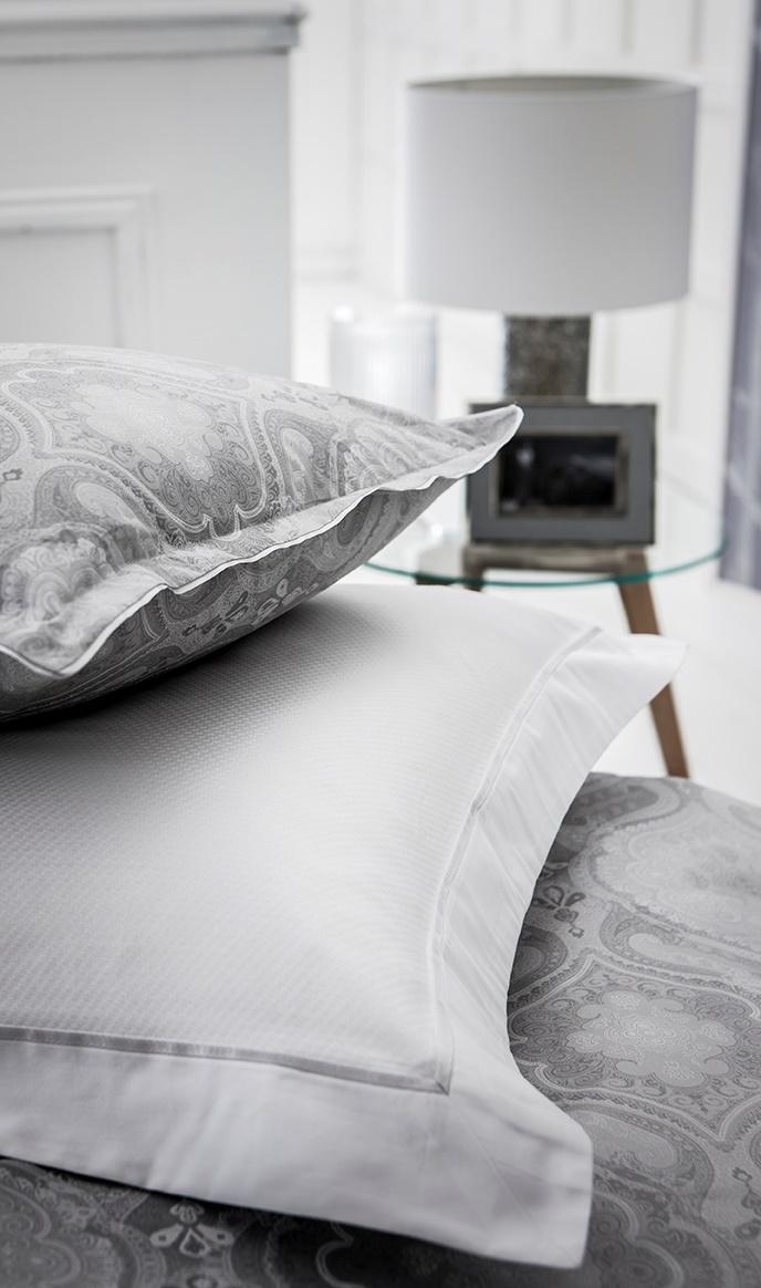 namaste silber satinbettw sche. Black Bedroom Furniture Sets. Home Design Ideas