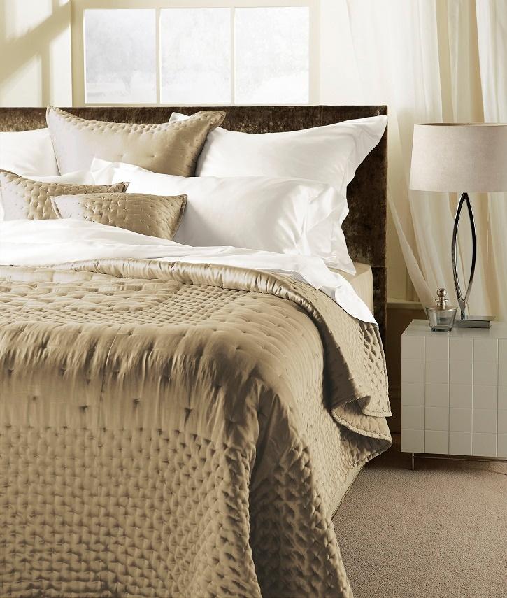 dimple bett berwurf und zierkissen taupe. Black Bedroom Furniture Sets. Home Design Ideas