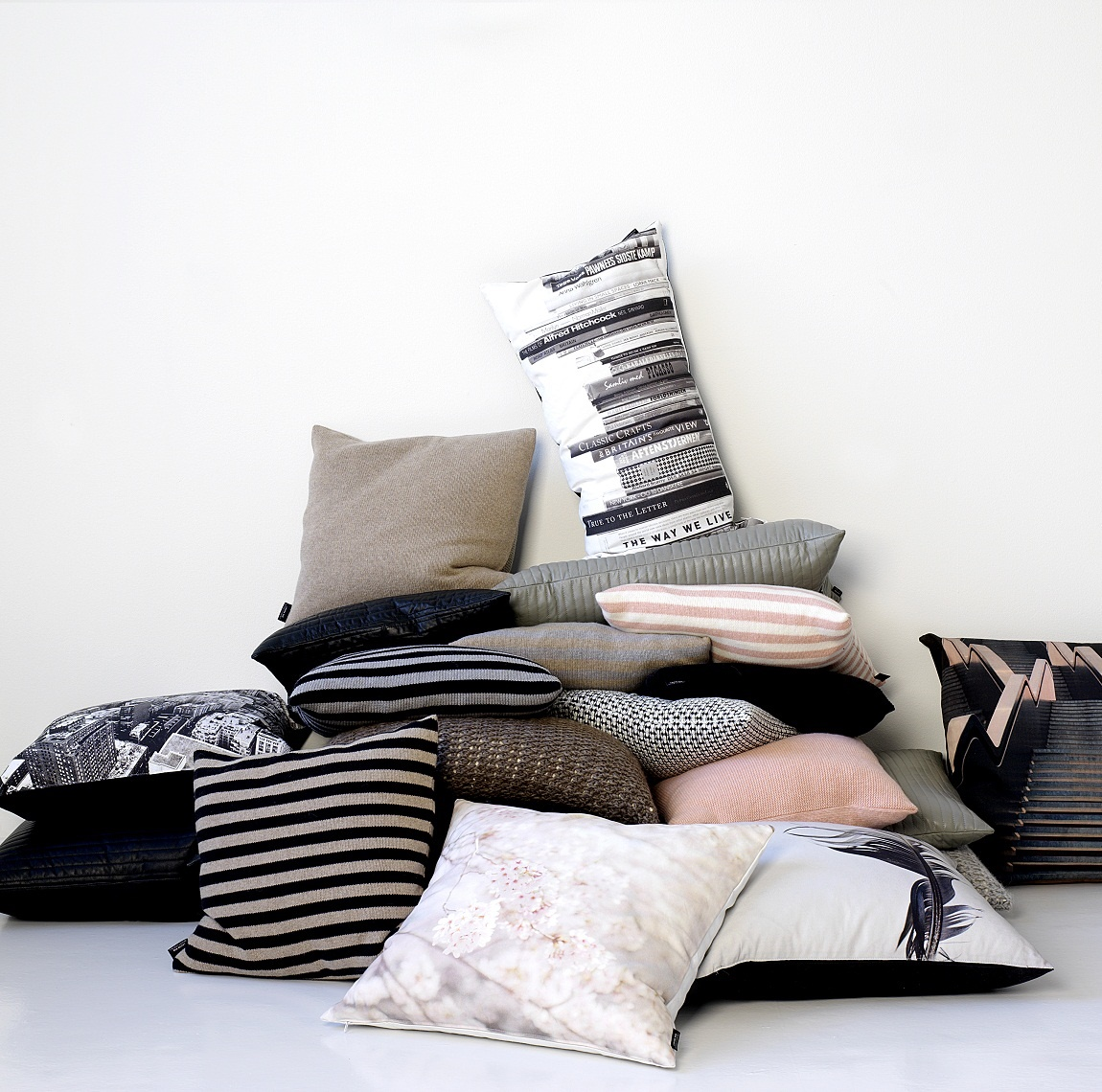 books zierkissen. Black Bedroom Furniture Sets. Home Design Ideas